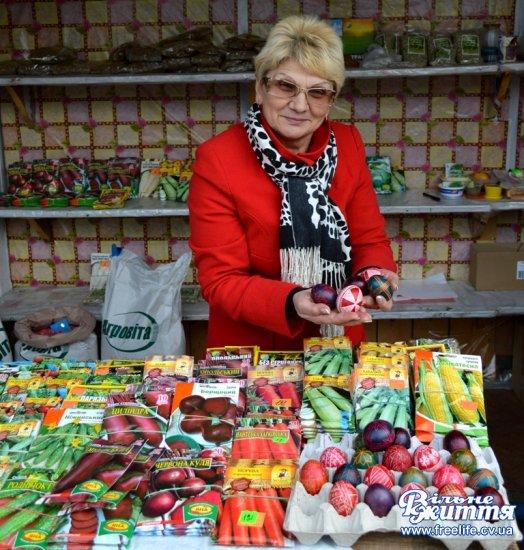 На Світлий четвер на базарі у Кіцмані купують і торгуються