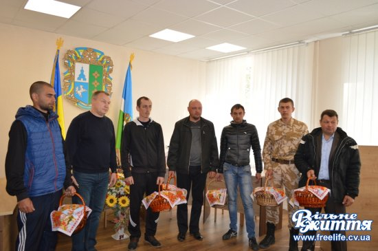 Пасхальні кошики десятьом учасникам АТО та їхнім сім'ям вручили напередодні Великодня