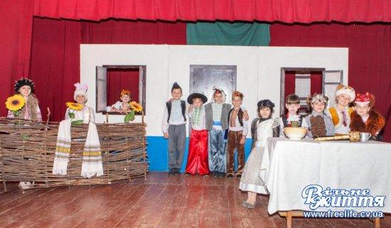 В гості у казку запросили глядачів юні актори с.Брусниця