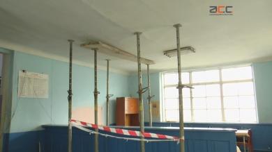 Обдерті стіни, аварійна реєстратура: амбулаторія у Лужанах