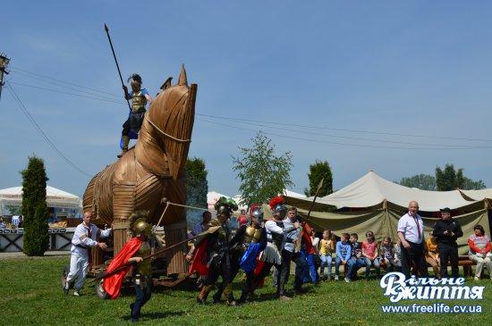 Лицарські бої та троянський кінь на фестивалі в Реваківцях