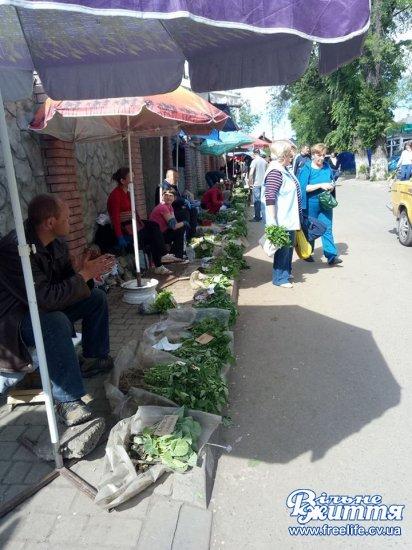 На Кіцманському ринку активно купують молоді овочі та розсаду