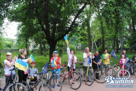 Святковий велопробіг з нагоди Дня селища відбувся в Лужанах (ФОТО)
