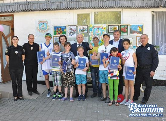 Керівники поліції вручили вихованцям Оршівського дитбудинку путівки в табір