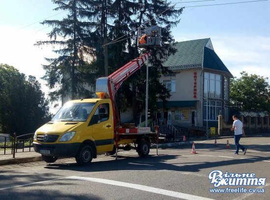 Біля автостанції в Кіцмані встановлюють новий сучасний світлофор