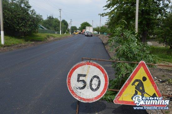 На Кіцманщині триває ремонт доріг та впорядкування узбіч (фоторепортаж)