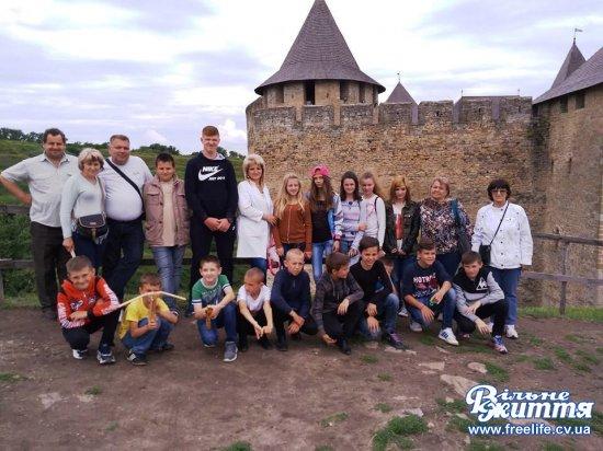 Волонтери організували дітям учасників АТО поїздку в Хотинську фортецю