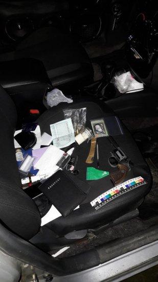 Чeрнівчанина зі зброєю та наркотиками затримали в Шипинцях