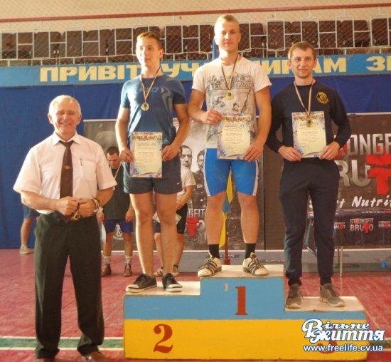 Чотири золотих і дві срібних медалі здобули в чемпіонаті України з гирьового спорту вихованці майстра спорту, директора Кіцманської ДЮСШ «Колос» Петра Ілика