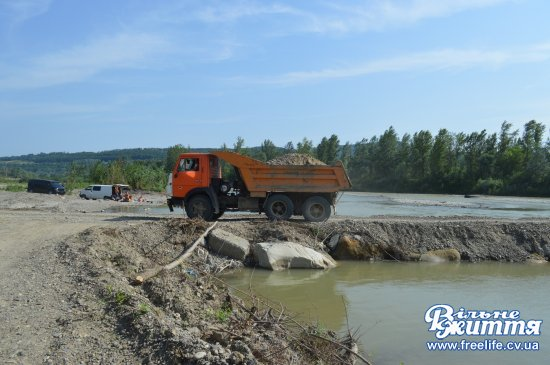 На річці Прут одні відпочивають, інші — вивозять гравій
