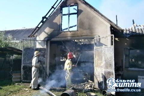 У Мамаївцях горів гараж і літня кухня. Вогнем знищено легковий автомобіль