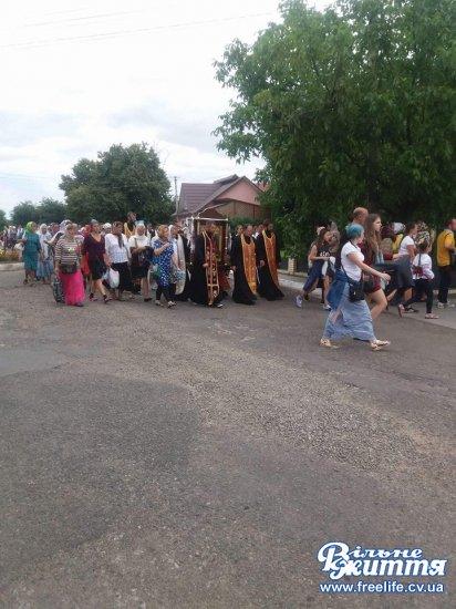 У  Свято-Пантелеймонівський монастир прийшли сотні вірян