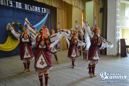 Колоритне свято українського танцю створили мамаївські та канадські танцюристи (ФОТО)