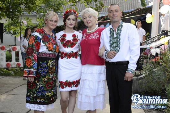 Пошиття вінка на Буковині  побачить уся Україна: «Фольк-мюзік» знімали в Южинці
