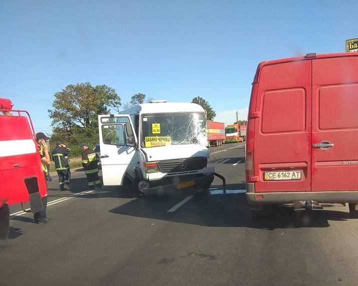 Натрасі заЧернівцями автобус зіткнувся зпереповненою маршруткою