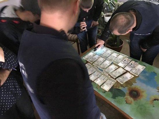 У Чернівецькій області на одержанні хабара у сумі 10 000 грн. затримано посадовця райавтодору