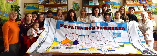 У Кіцмані вишивали карту України з піснями і молитвою
