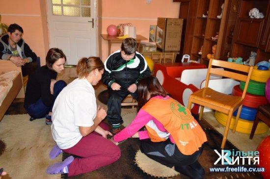 Медики з Італії діляться досвідом реабілітації дітей-інвалідів у «Дзвіночку» (ФОТО, ВІДЕО)