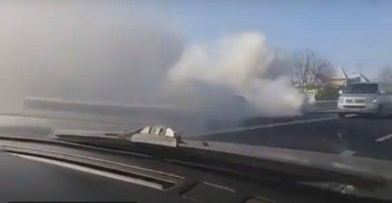 На мамаївській трасі димить автомобіль (ВІДЕО)