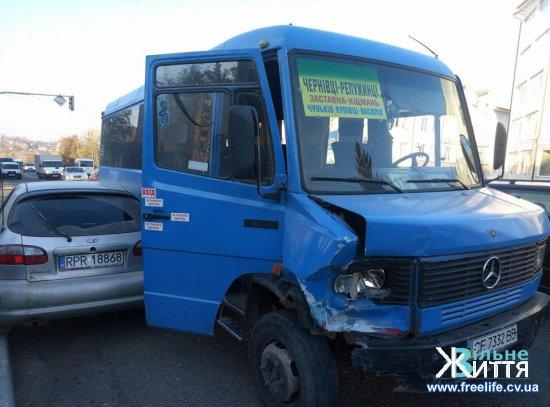 В центрі Кіцманя сталася аварія за участю маршрутки