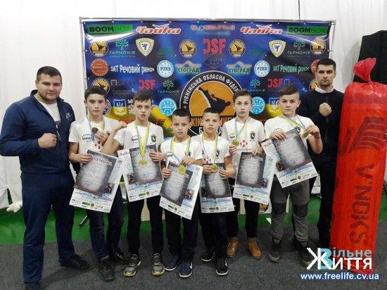 П'ять золотих медалей привезли кікбоксери Кіцманщини з Рівного