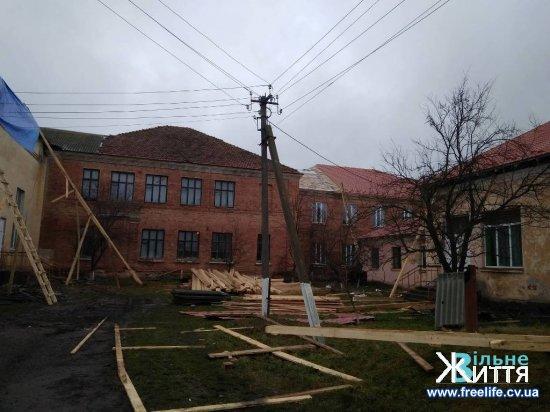 У Киселівському ЗНЗ ремонтують покрівлю