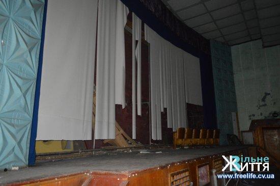 Смітник і руїни: у що перетворилося приміщення кінотеатру ім.І.Миколайчука в Кіцмані (фото)