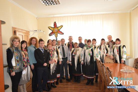 """Колядують """"Южинецькі молодички"""" з кіцманськими волонтерами"""