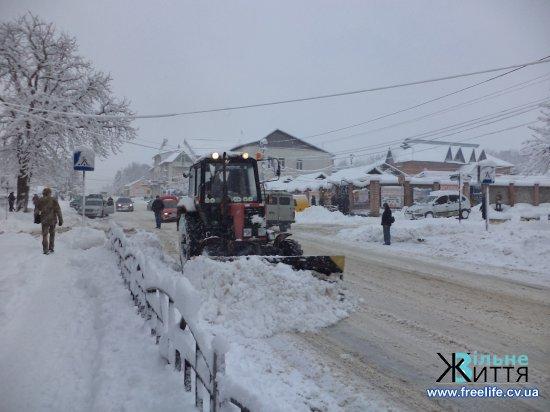 Через снігопади рух дорогами Кіцманщини ускладнений, знеструмлено населені пункти