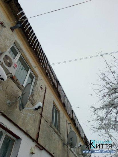Будьте обережні: на дахах небезпечні бурульки