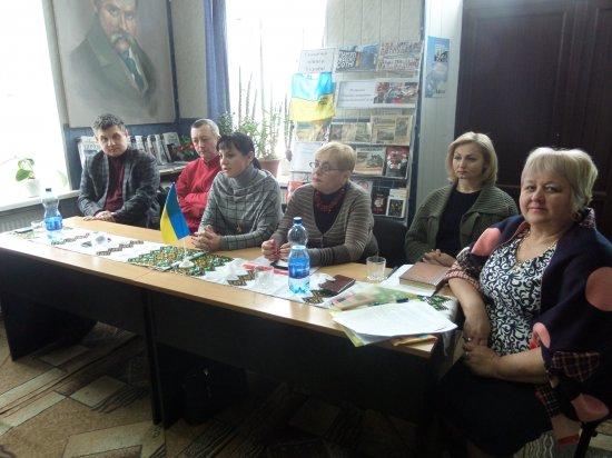 """За """"круглим столом"""" в Кіцманській бібліотеці говорили про діяльність закладів культури в умовах децентралізації"""