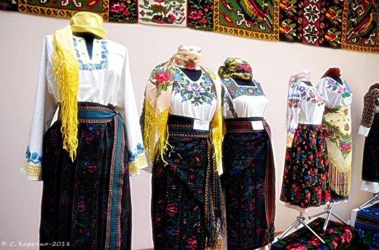 У художньому музеї відкрилася виставка відомих кіцманських вишивальниць Дарії Стасюк та Діани Новак