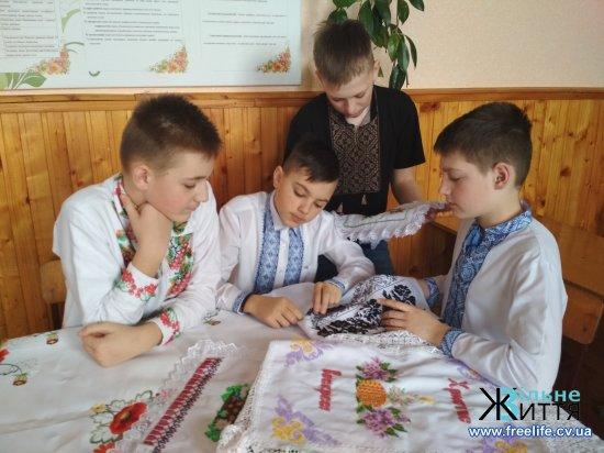Доки пишуть українці писанки багаті — дай нам, Боже, в мирі жити в українській хаті
