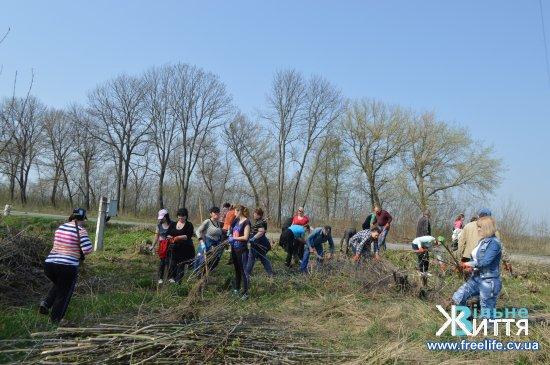 Сотні жителів Кіцманщини прибирають узбіччя під час весняної толоки (фоторепортаж)