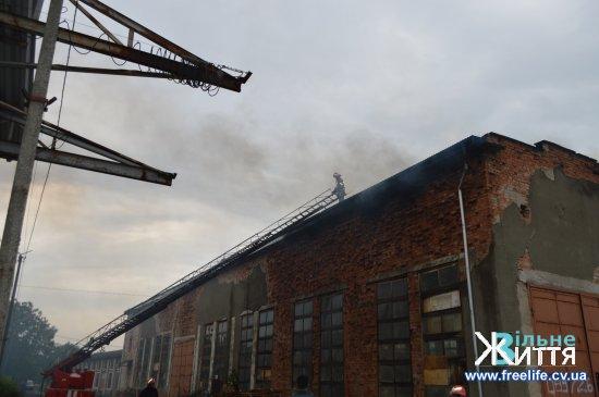 Горить цех з виготовлення паливних брикетів у Кіцмані