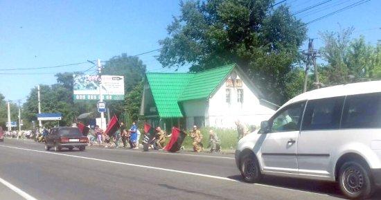Жителі Кіцманщини на колінах вшанували загиблого бійця з Путильщини