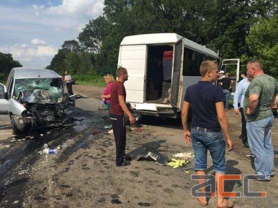 Смертельна ДТП: Маршрутка зіткнулась із легковиком поблизу Кіцманя