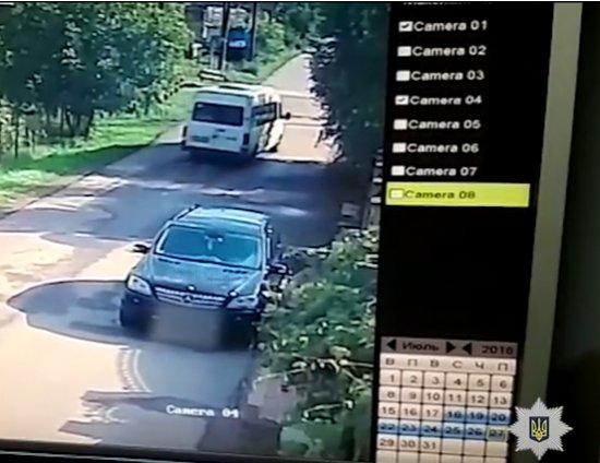 З'явилося відео зіткнення потяга з мікроавтобусом в Мамаївцях