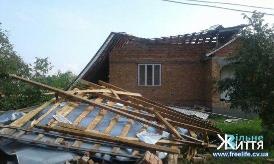 Наслідки негоди на Кіцманщині: вітер пошкодив  дахи та повалив дерева