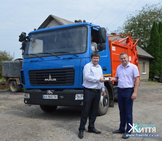 В Кіцманську ОТГ прибув новий довгоочікуваний сміттєвоз
