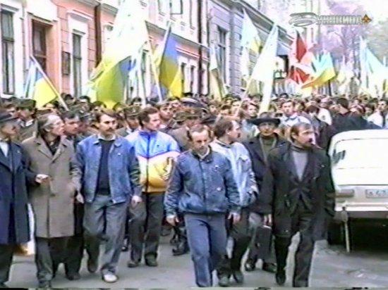 Синьо-жовтий прапор вперше на Буковині замайорів 3 листопада 1990 року над центральним корпусом ЧДУ (відео)