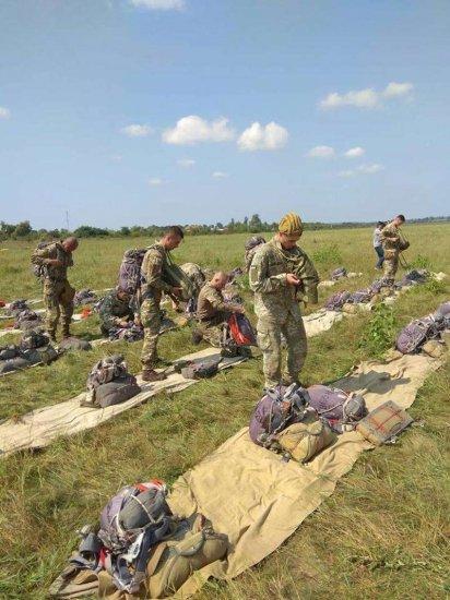На аеродромі у Лужанах навчають десантників стрибати з парашутом