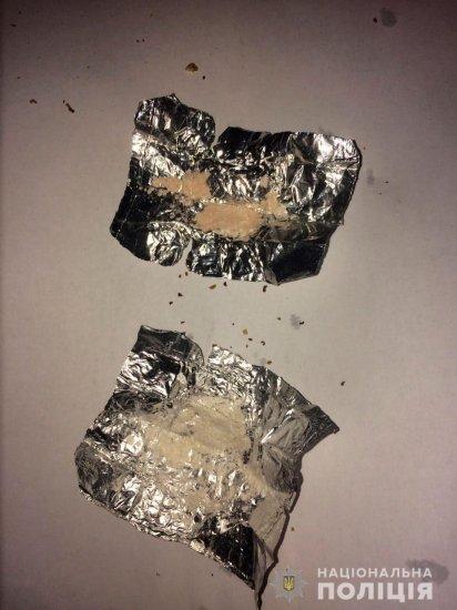 В Кіцмані, щоб уникнути покарання, буковинець викидав наркотики через вікно