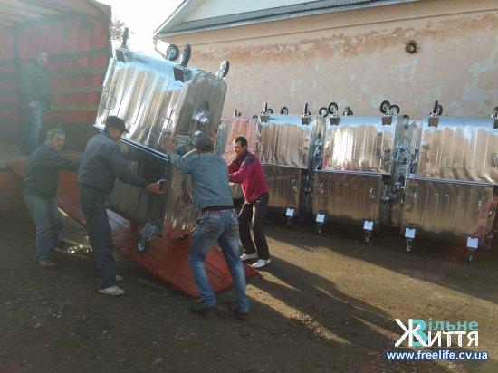 У Кіцмань доставили нові контейнери для сміття