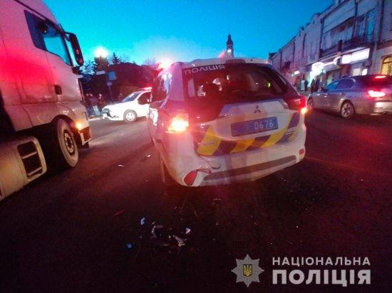 Утікаючи від Кіцманської поліції, водій вантажівки в'їхав у службове авто правоохоронців
