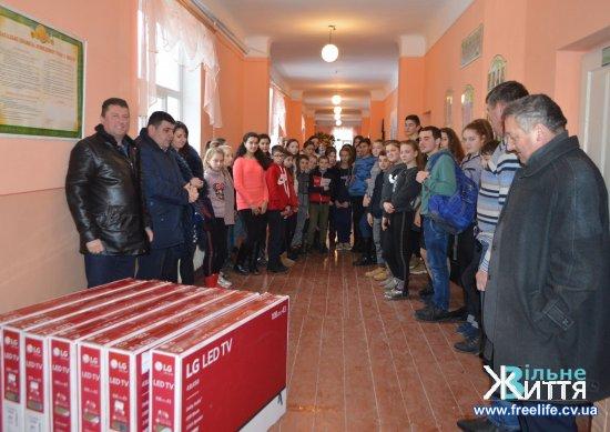 Давидівська школа отримала 8 мультимедійних телевізорів