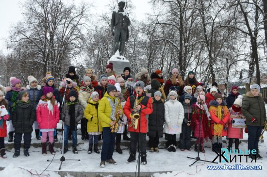 Сьогодні, в День Святого Миколая, у Кіцмані відбулося урочисте відкриття міської ялинки