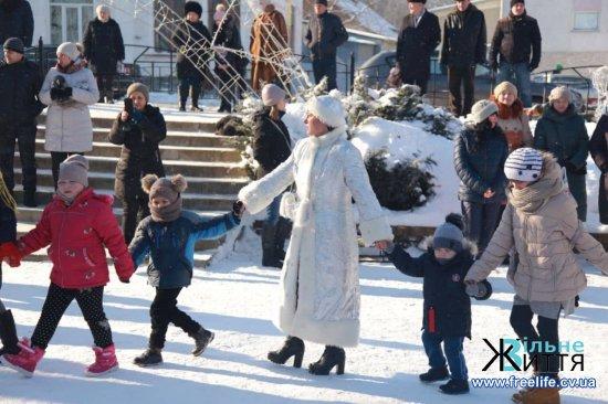 Різдвяні забави для дітей організували біля ялинки в Кіцмані (фото, відео)
