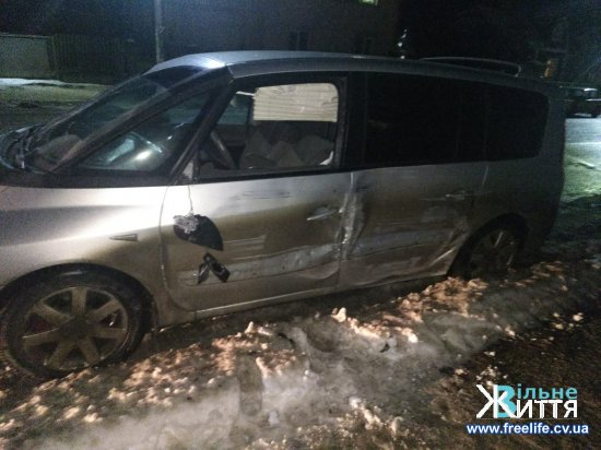 Авто збило двох пішоходів на тротуарі в Кіцмані