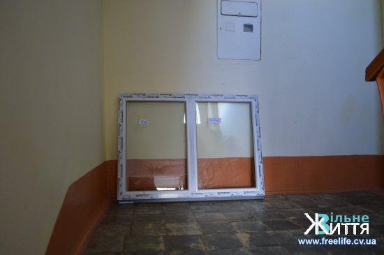 У Кіцмані  в багатоквартирних будинках розпочали заміну вікон в під'їздах